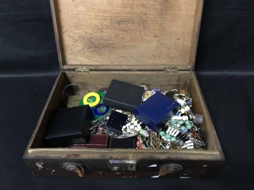 Lot 20 - LOT OF COSTUME JEWELLERY including agates and...