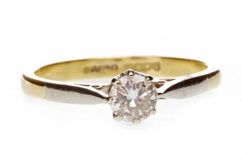 Lot 581 - EIGHTEEN CARAT GOLD DIAMOND SOLITAIRE RING...