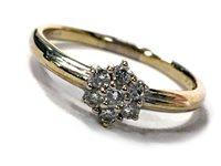 Lot 178 - A DIAMOND DAISY CLUSTER RING