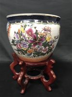 Lot 79-A CHINESE PLANTER AND A CHINESE PLATE
