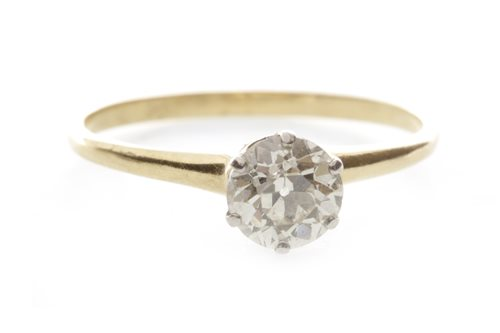 Lot 101 - A DIAMOND SOLITAIRE RING