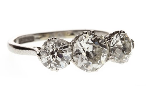 Lot 4-AN EARLY TWENTIETH CENTURY DIAMOND THREE STONE RING
