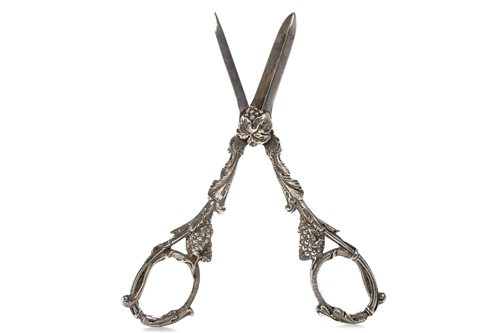 Lot 817-AN ORNATE PAIR OF GEORGE V GRAPE SCISSORS