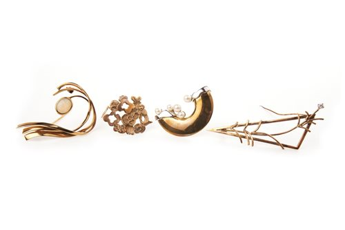 Lot 15-A GROUP OF FOUR BROOCHES