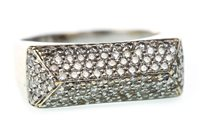 Lot 120 - A DIAMOND DRESS RING