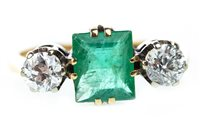 Lot 129 - A GREEN GEM AND DIAMOND RING