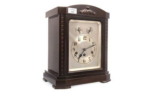 Lot 1410 - AN EARLY 20TH CENTURY CHIMING MANTEL CLOCK