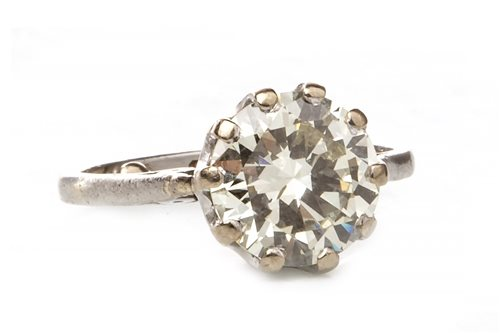 Lot 2 - A DIAMOND SOLITAIRE RING