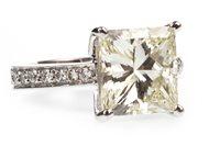 Lot 173 - A VERY IMPRESSIVE PRINCESS CUT DIAMOND SOLITAIRE RING