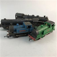Lot 69-A LOT OF VINTAGE MODEL TRAINS AND RAILWAY ACCESSORIES
