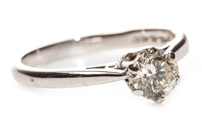 Lot 72 - A DIAMOND SOLITAIRE RING
