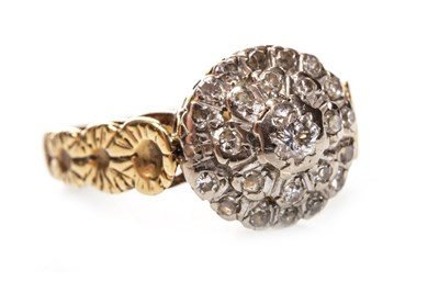 Lot 82 - A DIAMOND CLUSTER RING