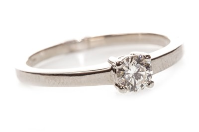 Lot 106 - A DIAMOND SOLITAIRE RING