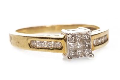 Lot 118 - A DIAMOND DRESS RING