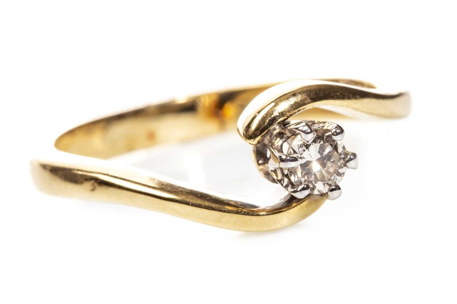 Lot 120 - A DIAMOND SOLITAIRE RING