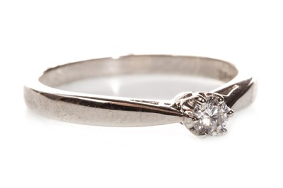 Lot 122 - A DIAMOND SOLITAIRE RING