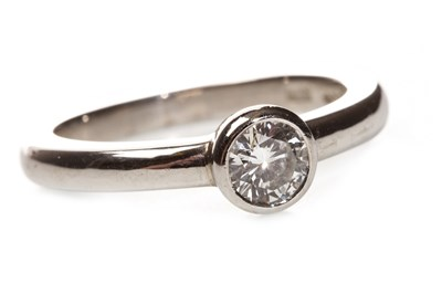 Lot 174 - A DIAMOND SOLITAIRE RING