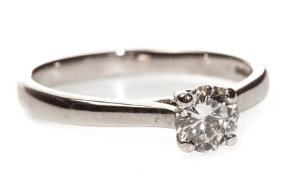 Lot 176 - A DIAMOND SOLITAIRE RING