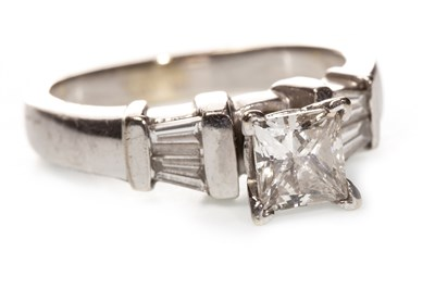 Lot 186 - A DIAMOND DRESS RING