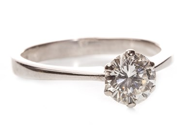 Lot 196 - A DIAMOND SOLITAIRE RING