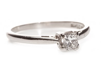 Lot 206 - A DIAMOND SOLITAIRE RING