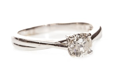 Lot 212 - A DIAMOND SOLITAIRE RING
