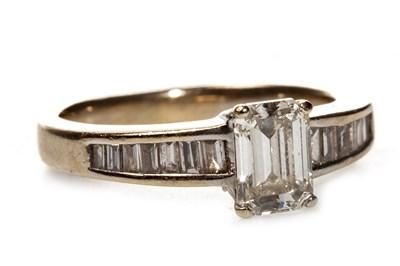 Lot 220 - A DIAMOND DRESS RING