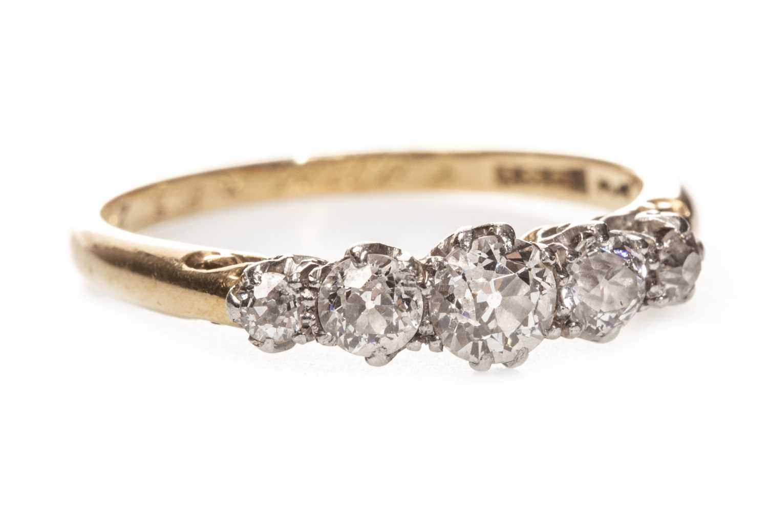 Lot 21 - AN EARLY 20TH CENTURY DIAMOND FIVE STONE RING