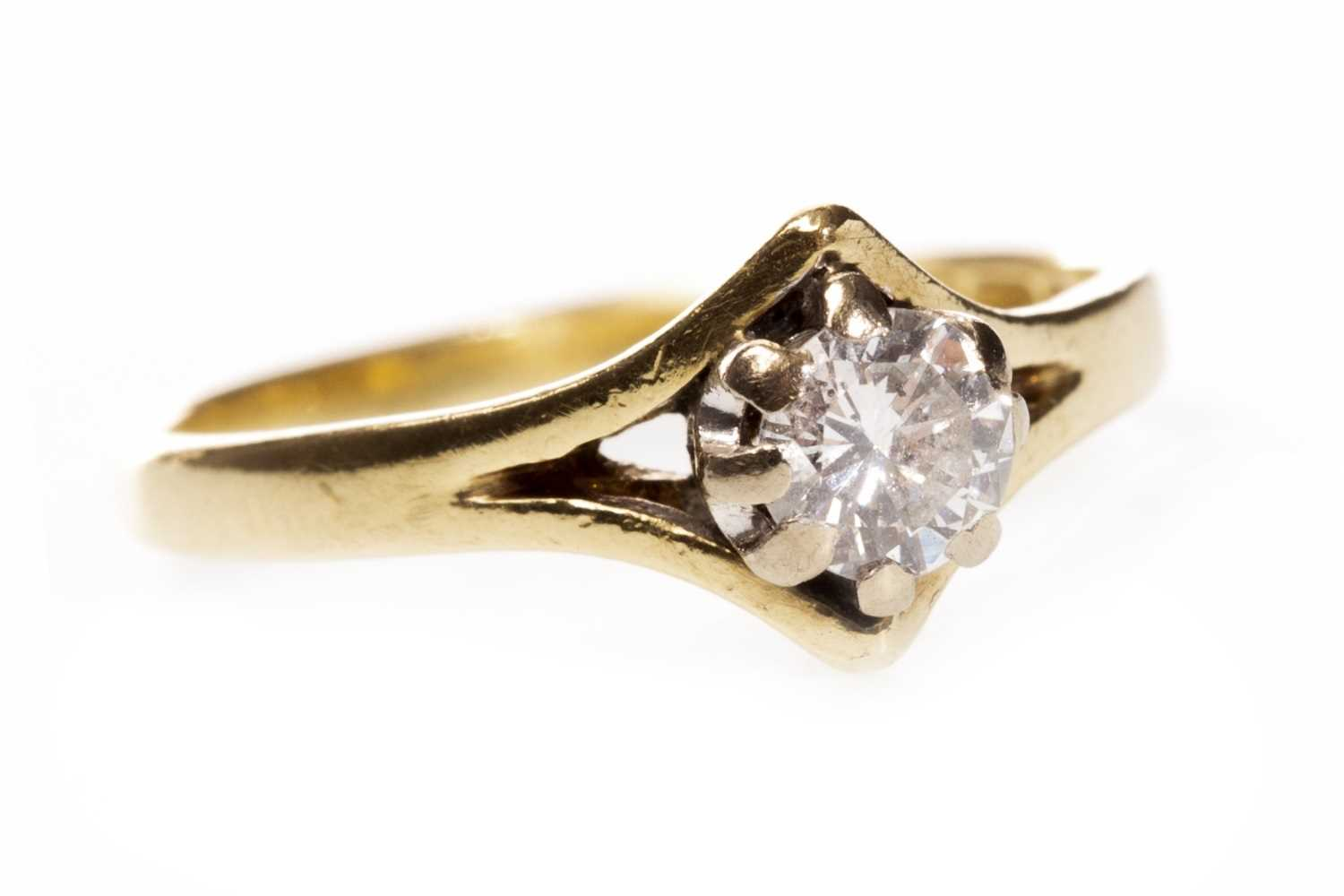 Lot 71 - A DIAMOND SOLITAIRE RING