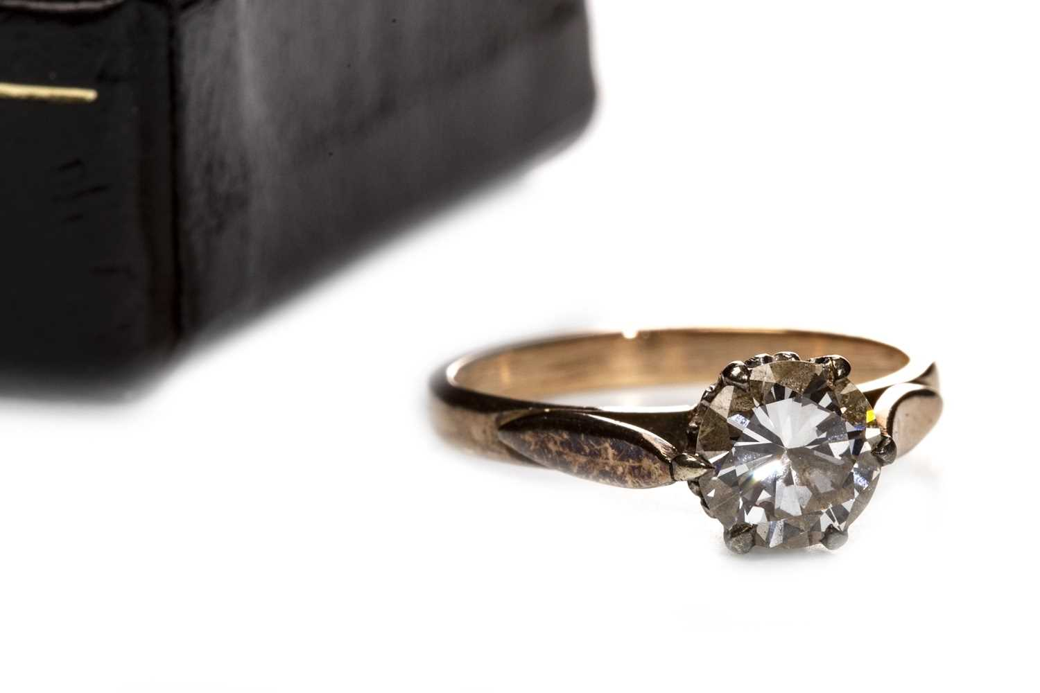 Lot 26 - A DIAMOND SOLITAIRE RING