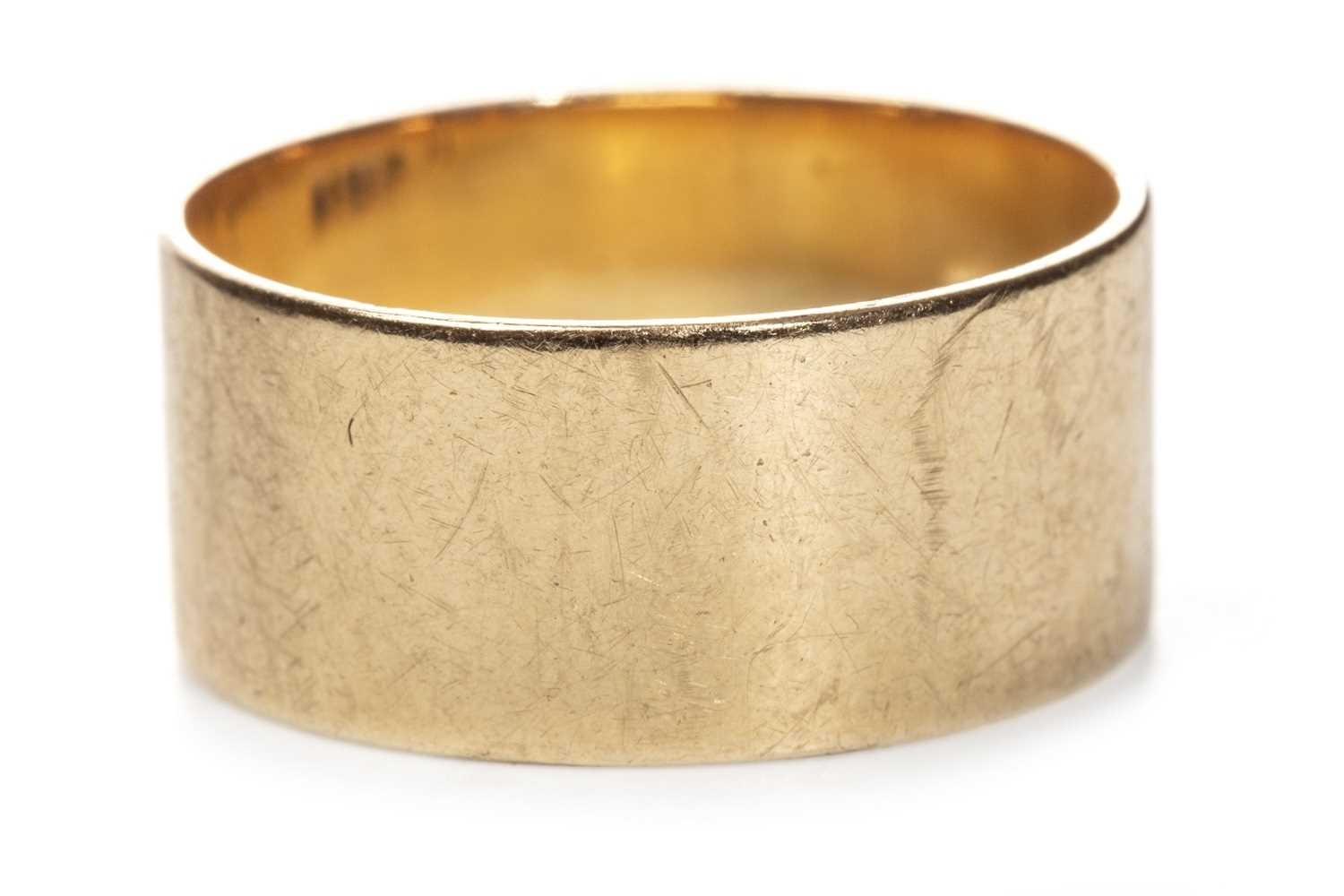 Lot 6-AN EIGHTEEN CARAT GOLD WEDDING BAND