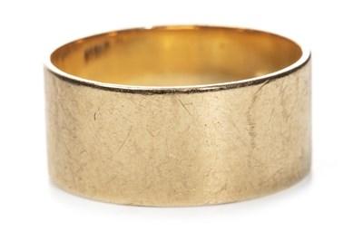 Lot 6-AN EIGHTEEN CARAT GOLD WEDDING BAND