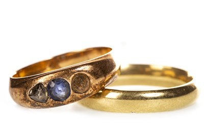 Lot 179 - A WEDDING BAND AND BLUE GEM SET RING