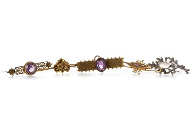 Lot 219 - A GROUP OF VICTORIAN AND LATER BROOCHES
