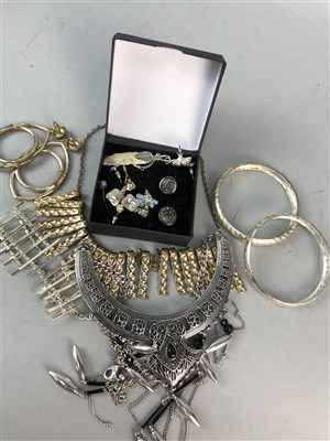Lot 163 - A LARGE COLLECTION OF COSTUME JEWELLERY