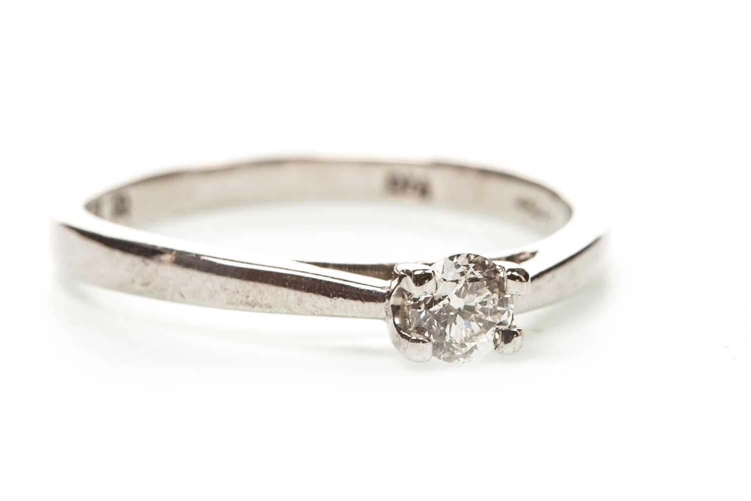 Lot 29-A DIAMOND SOLITAIRE RING