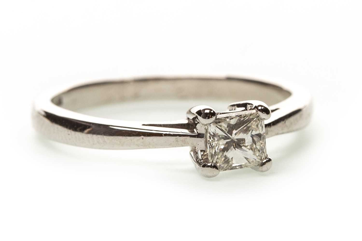 Lot 33-A DIAMOND SOLITAIRE RING