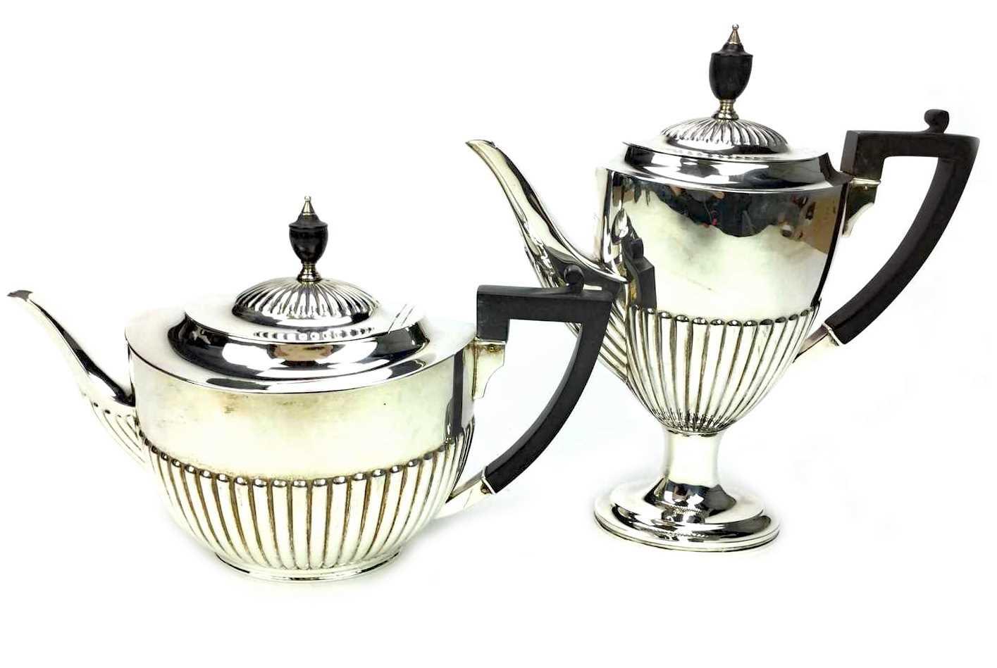 Lot 846 - AN EDWARD VII SILVER COFFEE POT AND TEA POT
