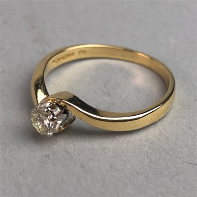 Lot 335-DIAMOND SOLITAIRE RING