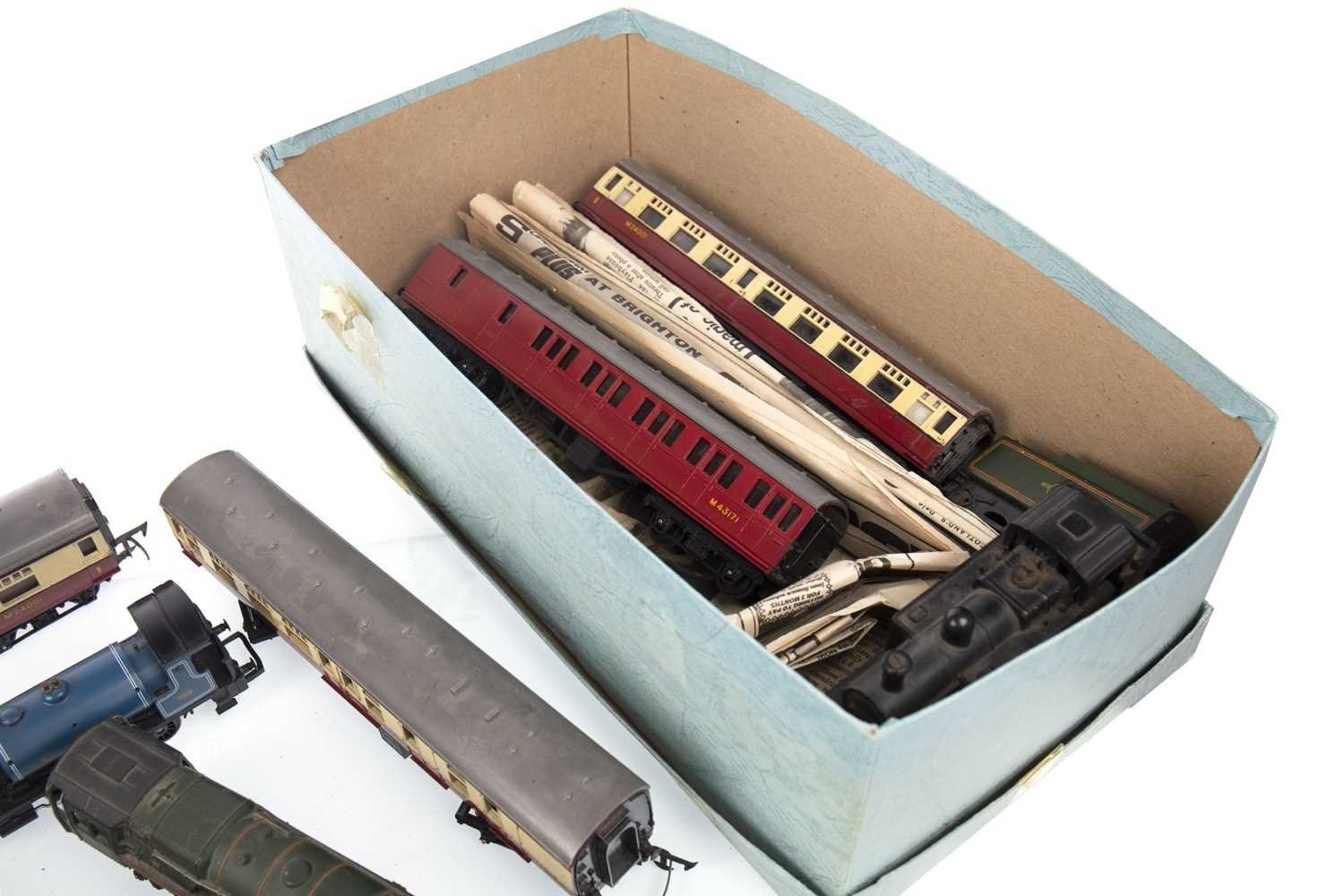Lot 1541-A GOOD COLLECTION OF HORNBY, TRI-ANG AND OTHER MODEL RAILWAY ITEMS