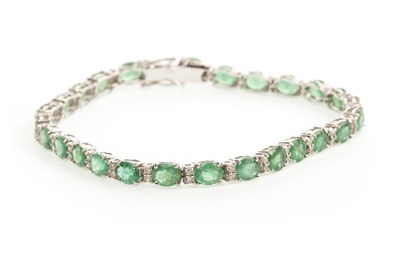 Lot 30-AN EMERALD AND DIAMOND BRACELET
