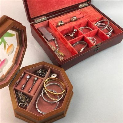 Lot 31 - A LOT OF SILVER AND OTHER JEWELLERY