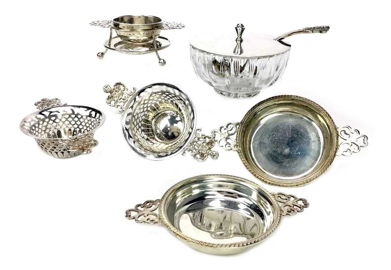 Lot 886 - A LOT OF TWO PAIRS OF SILVER BONBON DISHES ALONG WITH A TEA STRAINER AND STAND AND A JAR AND COVER