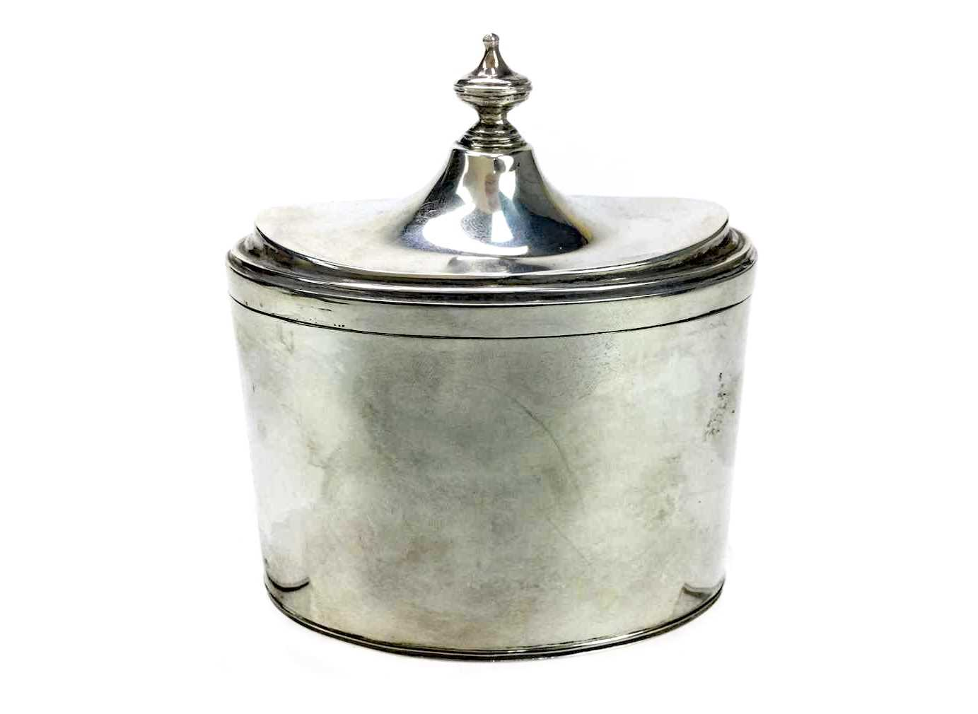 Lot 891 - AN EARLY 20TH CENTURY SILVER TEA CADDY AND COVER