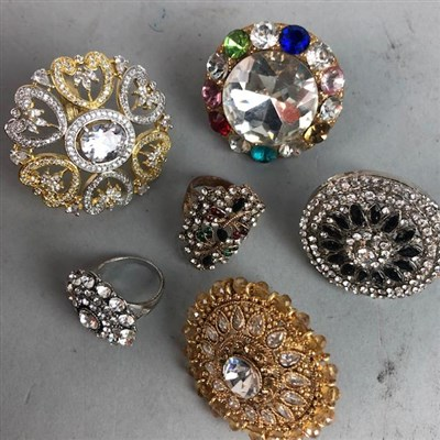 Lot 70A - A LOT OF SILVER AND COSTUME JEWELLERY