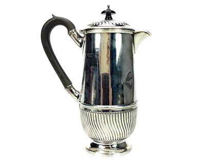 Lot 908 - AN EARLY 20TH CENTURY SILVER WATER JUG
