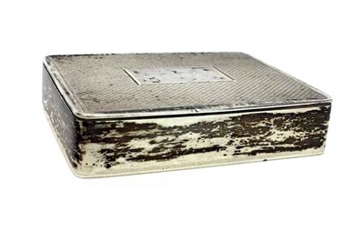 Lot 913 - AN ENGINE TURNED SILVER SNUFF BOX