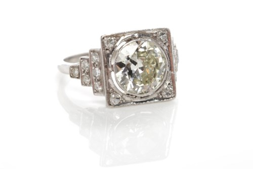 Lot 13 - OUTSTANDING ART DECO DIAMOND RING the central...