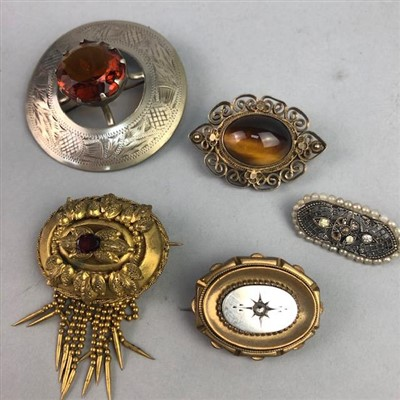 Lot 4-A LOT OF VINTAGE BROOCHES