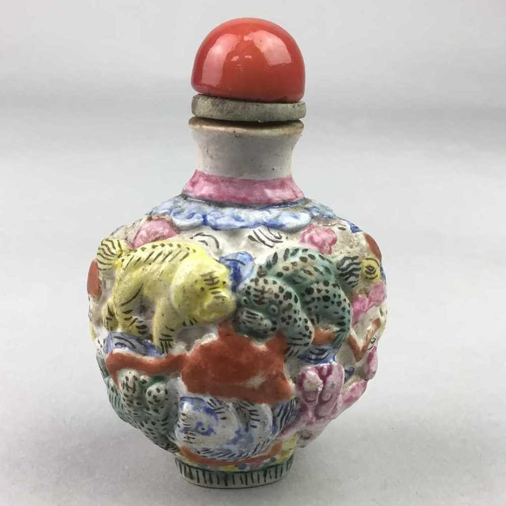 Lot 20-A CHINESE HAND PAINTED SCENT BOTTLE